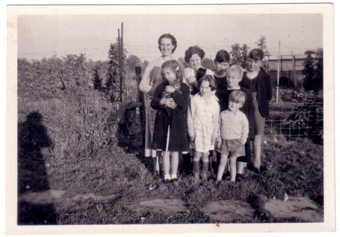 'Springfield' Basildon Road 1928 to 1955. | Leslie and Brenda with some of the Doodes family.