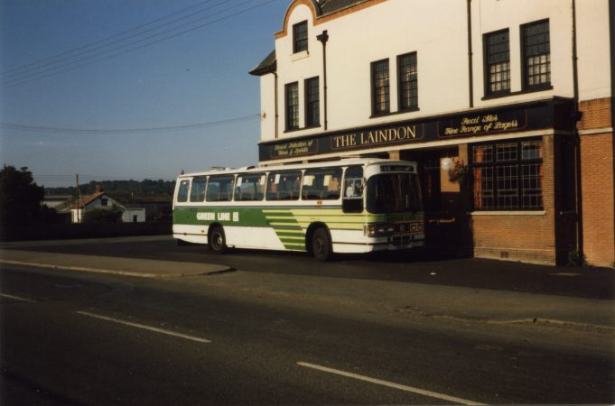 Green Line coach waiting outside Laindon Hotel (August 1986). | Ann and John Rugg.