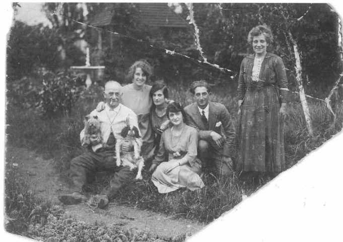 Isaac with Leah standing.  Their children Miriam and David with David's wife Rebecca and Rose. | Ancestry.co.uk